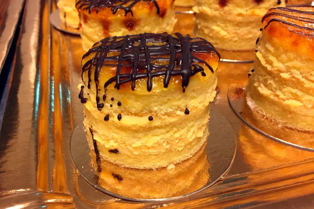 Bizcochos de crema con yema tostada y chocolate